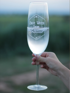 Гигантска чаша Save water drink prosecco